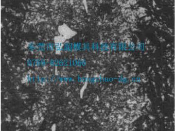 H13模具钢中的碳化物带状偏析金相组织图